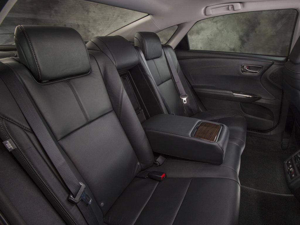 Полноразмерный седан Toyota Avalon /…