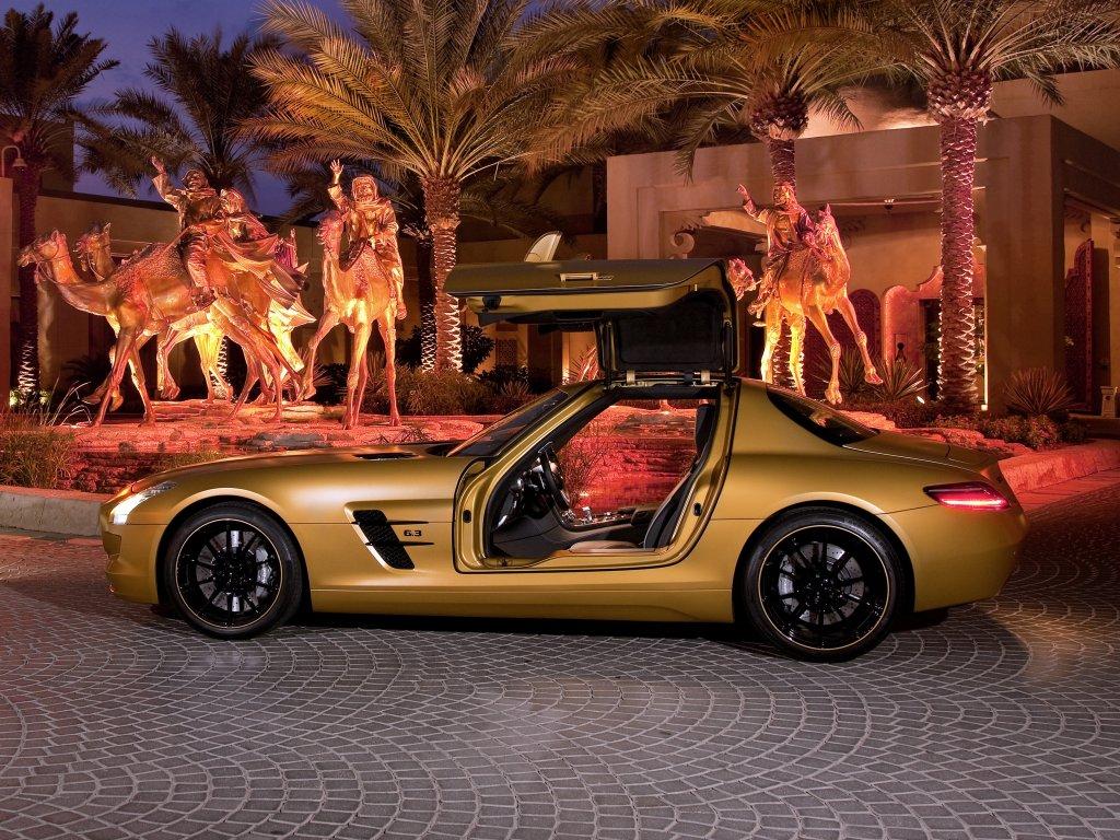 Mercedes Gold SLS AMG.