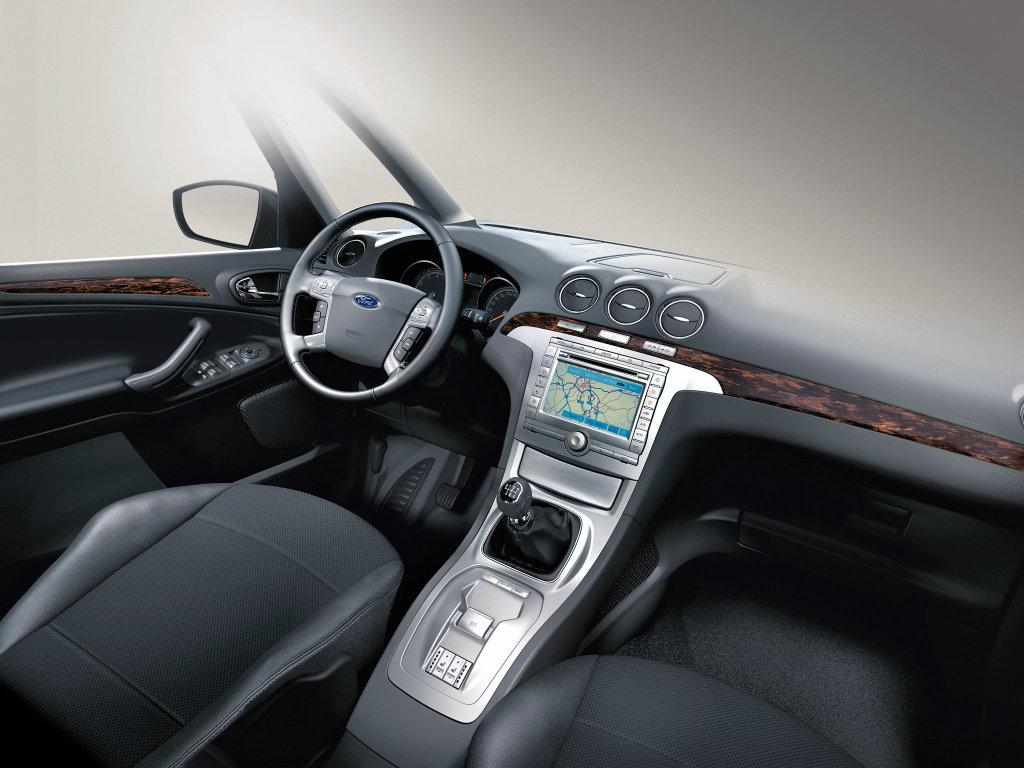 Автомобиль Ford Galaxy.